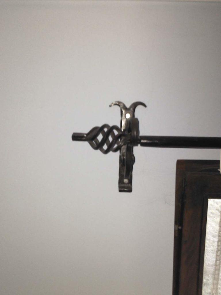Nameštaj i enterijer od kovanog gvozdja garnišna za zavesu